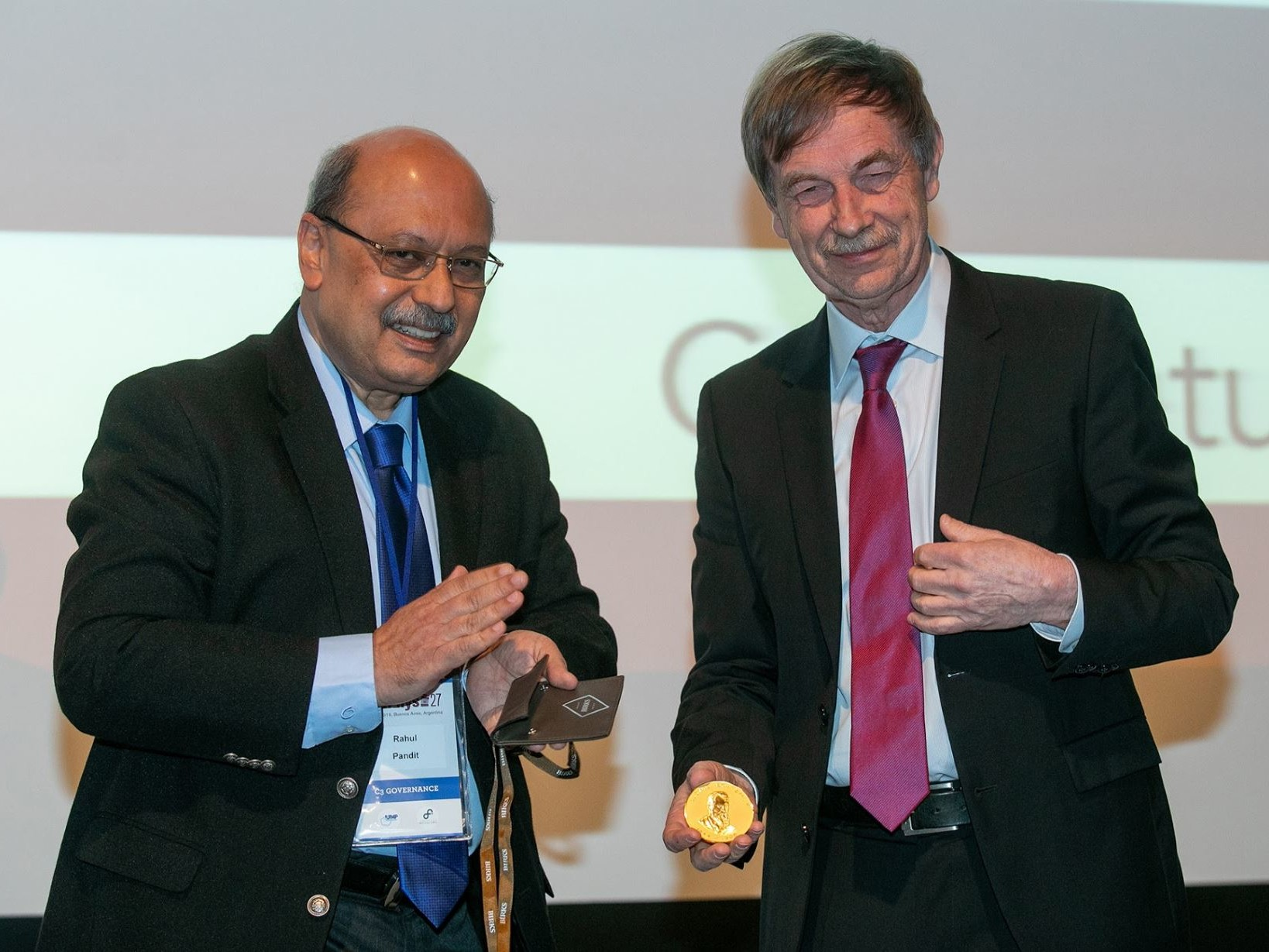 Prof. Rahul Pandit (l.), Chairman of the IUPAP Commission for Statistical Physics, and Prof. em. Herbert Spohn (r.) in Buenos Aires with the Boltzmann Medal